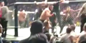 Így ugrott a tömegbe Khabib Nurmagomedov, miután legyőzte Conor McGregort