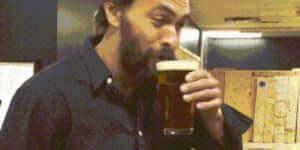 Jason Momoa átlagos napja: sört iszik és fejszét dob