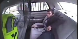 Hogyan szabadulj ki egy rendőrautóból egy öngyújtó segítségével