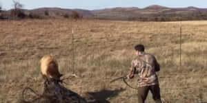 A vadász használja a puskáját