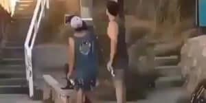 Bicajjal jött le a lépcsőn a srác