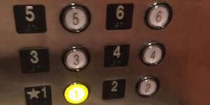 A liftben leesett az ajtót bezáró gomb. Kiderült, hogy soha nem volt bekötve.
